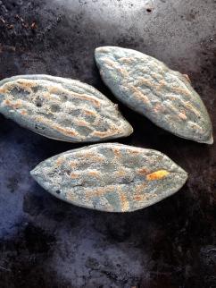 Tlacoyos (gateaux de mais blue farcie de fromage et purée des haricots noirs